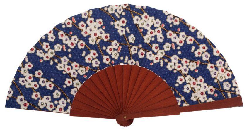 BALAGUERE - Éventail fleuri bleu en bois fruitier